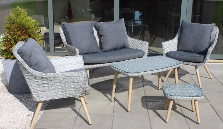 stilig sett med stoler og sofaer