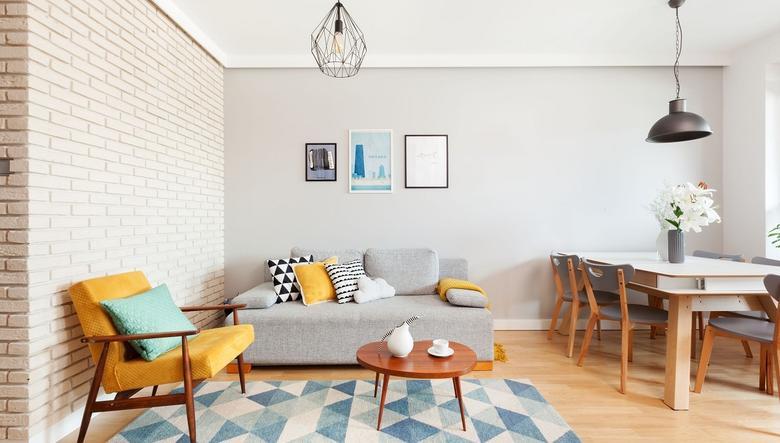 stue dekorert i retrostil