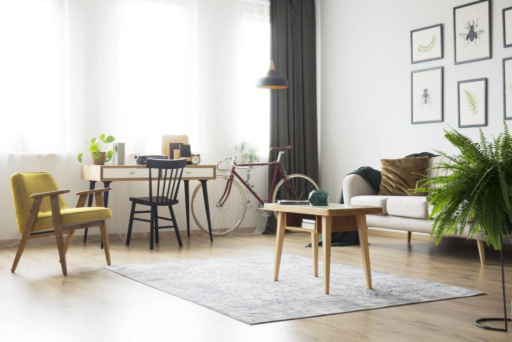 vakker stue med stoler og bord
